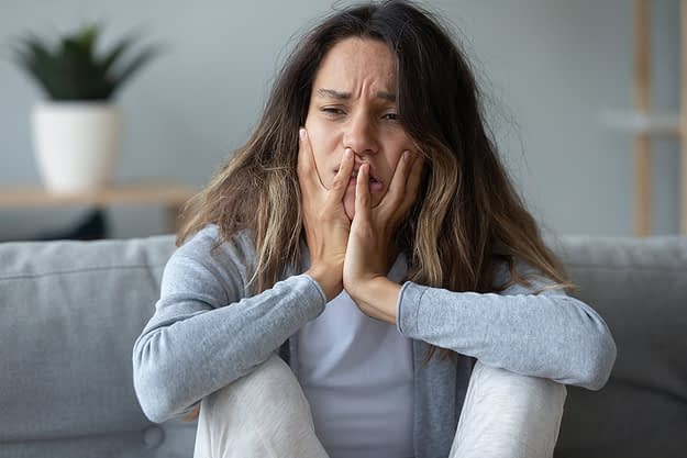 woman on couch experiencing alcohol withdrawal symptoms