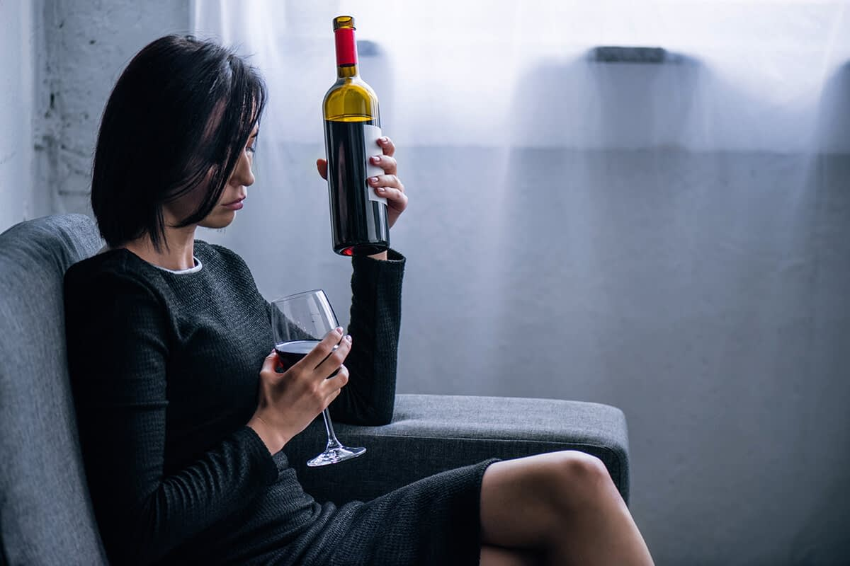 woman suffering from alcohol abuse signs and symptoms