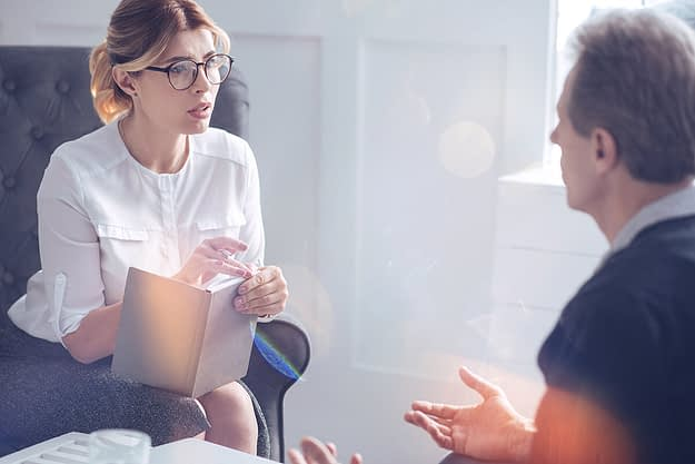 man talking to a female therapist about alcohol rehab eugene or offers