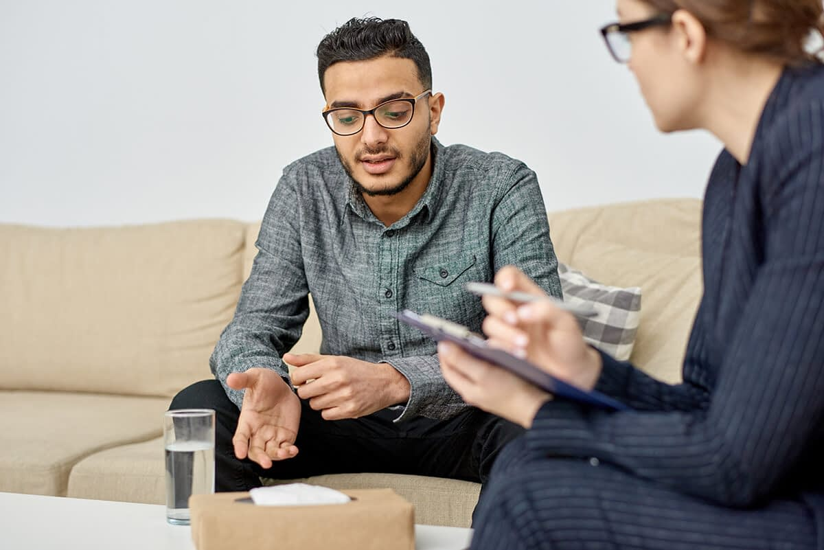 man talking to female therapist at rehab centers in eugene oregon