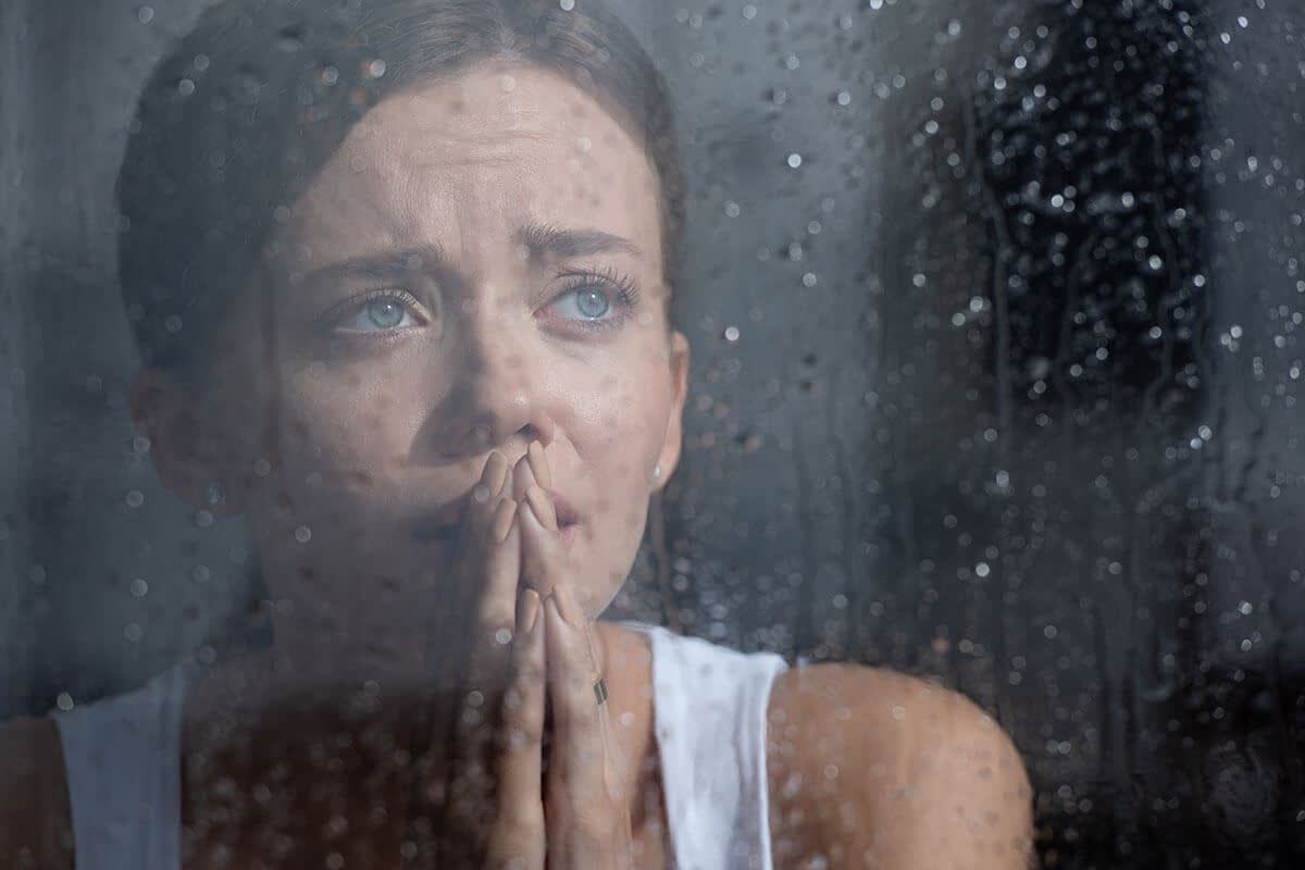 woman exhibiting common signs of depression